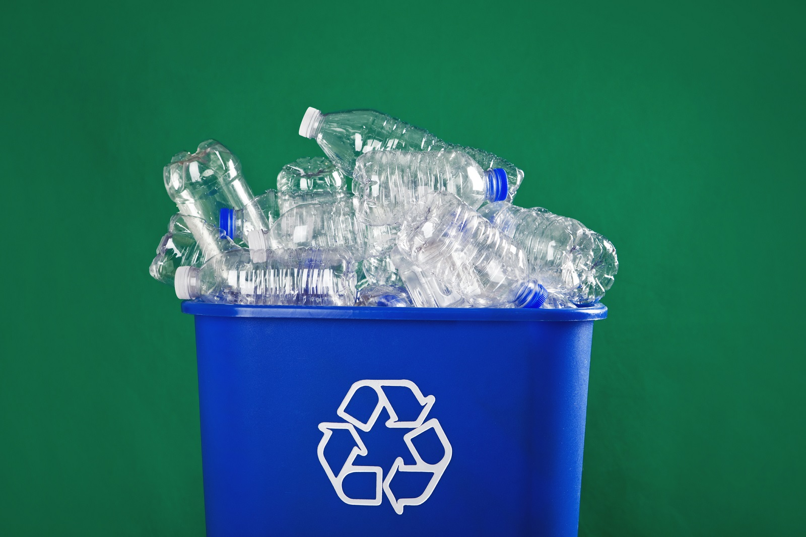 kosz z plastikowymi butelkami